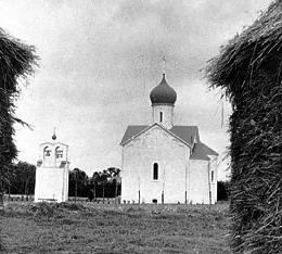 Успенская церковь на кладбище Сент-Женевьев-де-Буа, построенная по проекту Альберта Бенуа